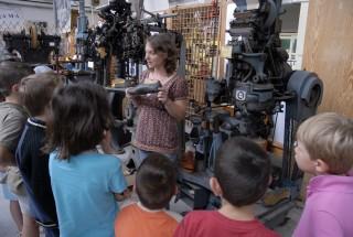 groupe-enfants-musee-des-metiers-de-la-chaussure-2374630